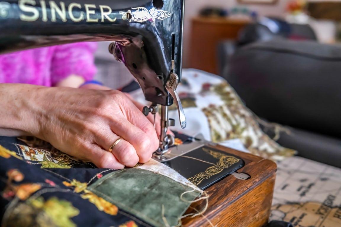 couture avec une vieille machine à coudre Singer