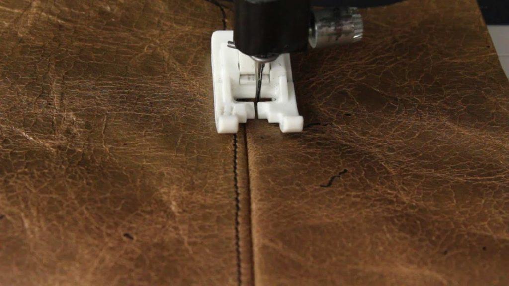 couture du simili-cuir à la machine à coudre